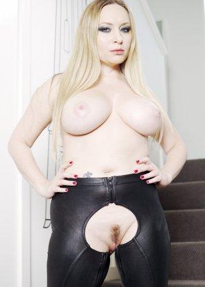 Сисястая блондинка в латексных брюках с дыркой на пизде