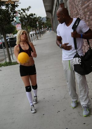 Хрупкая блондинка попросила негра научить играть ее в баскетбол