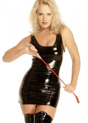 Зрелая блондинка в латексе и с плеткой, готова наказывать непослушных