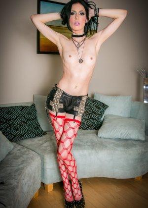 Классная худая сучка медленно снимает одежду