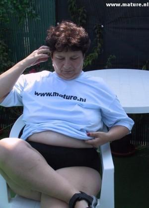 Пожилая толстуха мастурбирует на надувном матрасе