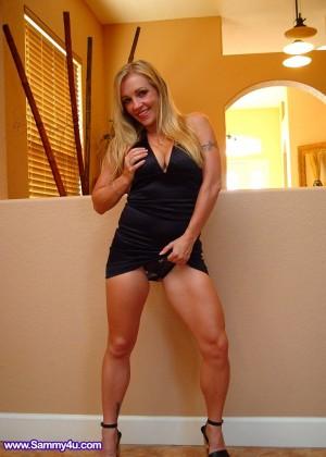 Мастурбирующая спортивная блондинка