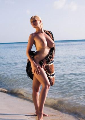 Сисястую блондинку трахнули два мужика на пляже