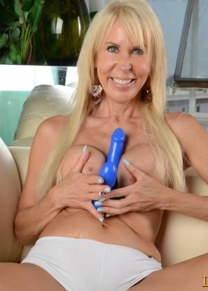Пожилая худенькая блонда забавляет киску самотыком