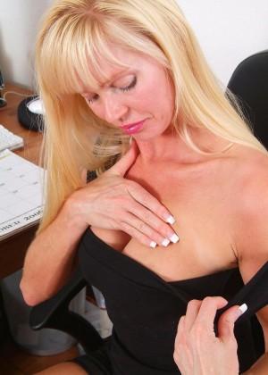 Зрелая блондинка решила помастурбировать на работе