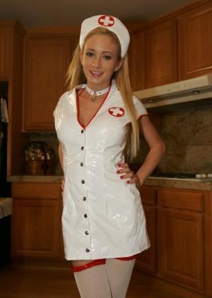 Хиллари Скотт в униформе медсестры
