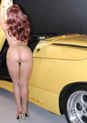 Милфа в золотистом бикини на спортивной тачке