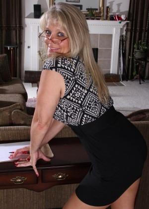 Пожилая блондинка носит мини юбки
