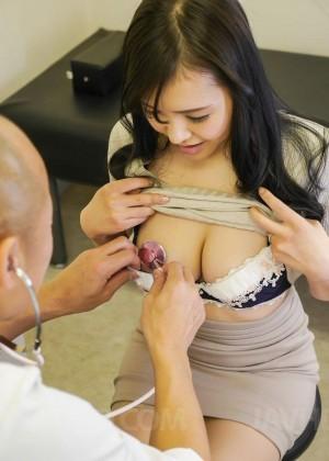 Внимательно осмотрев сиськи и пизду зрелой азиатки, мужчина все-таки дал ей в рот