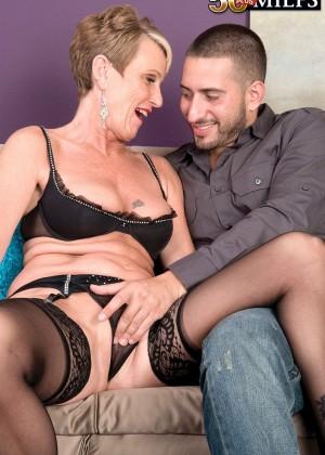 Пожилуха развлекается с молодым любовником
