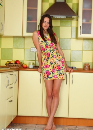 Стройная девушка разделась до гола на кухне