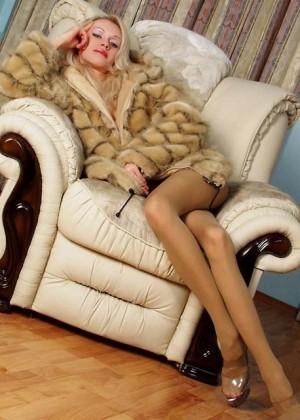Худые ножки блондинки в колготках