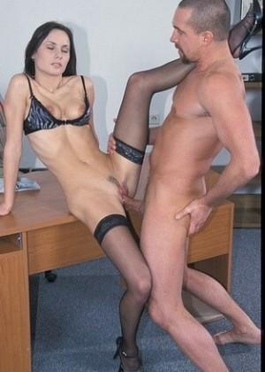Секс с худой секретаршой на столе кабинета
