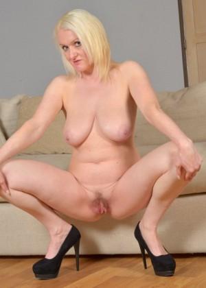 Блондинка в возрасте оголяет пизду и висячки