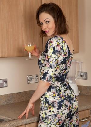 Выпив вина зрелая баба с короткими волосами разделась на кухне