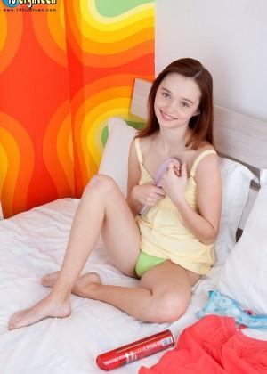 Плоская грудь и бритая вагина молодой девки