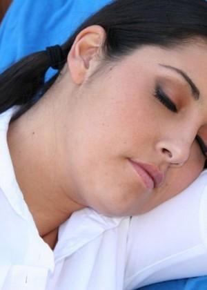 Негр трахнул спящую в гамаке на улице брюнетку