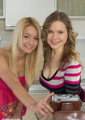 Худые подружки обнимаются голыми на кухне
