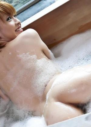 Худая азиатка занималась мастурбацией в ванной, но в ванну зашел мужчина и полизал у нее