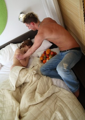 Парень разбудил заночевавшую у него дома родственницу, чтобы потрахаться