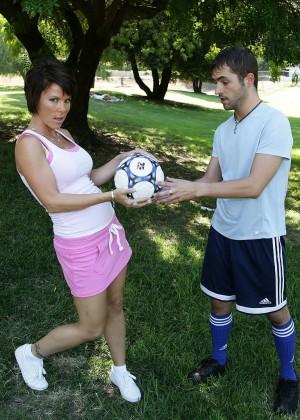 Зрелая мамочка Kayla Synz  дала футболисту