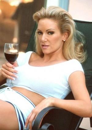 Женщина выпила вина и очевидно захотела секса