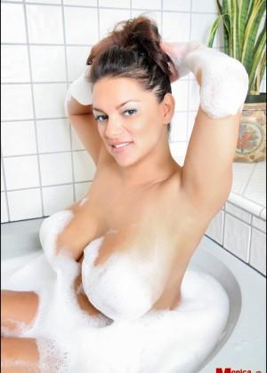 Загорелая Monica Mendez принимает пенную ванну