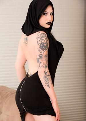 Готка сняла черное платье