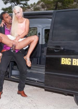 Блондинка блядь давно мечтала о таком такси, в котором ебут