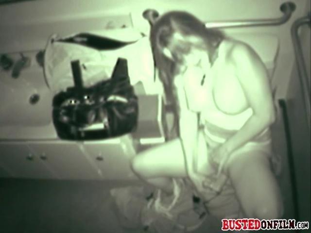 masturbatsiya-v-tualetah-zapechatlennie-na-skrituyu-kameru-videonablyudeniya-filmi-endryu-bleyka