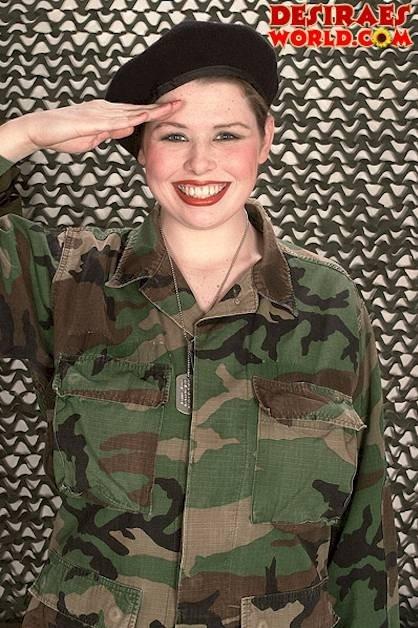 Грудастая баба в военной форме