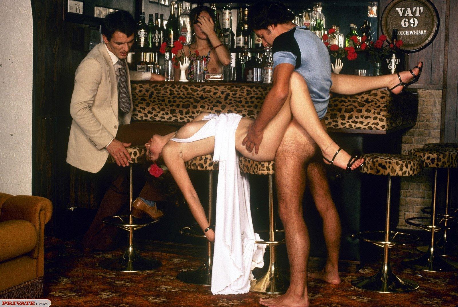 Порно кафе фото, секс блондинки с лысым на кожаном диване русское