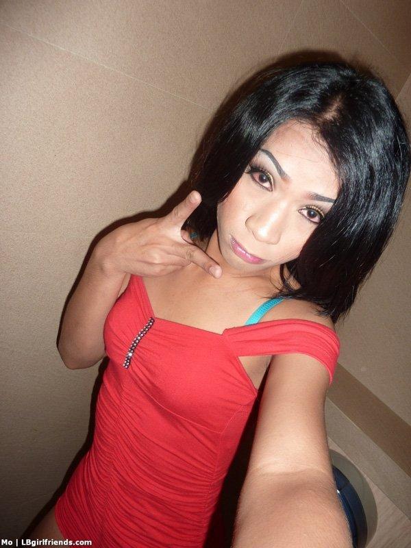 Худой азиатский транс сходил в туалет