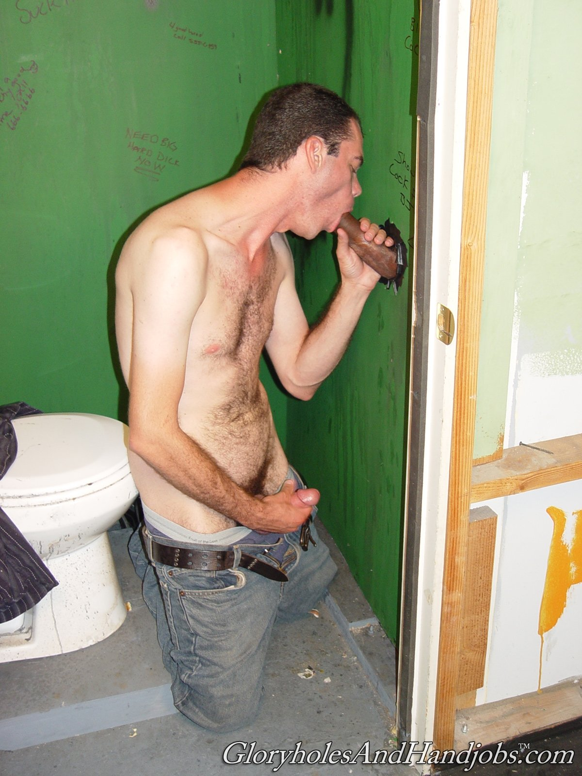 Гомик сосет в туалете