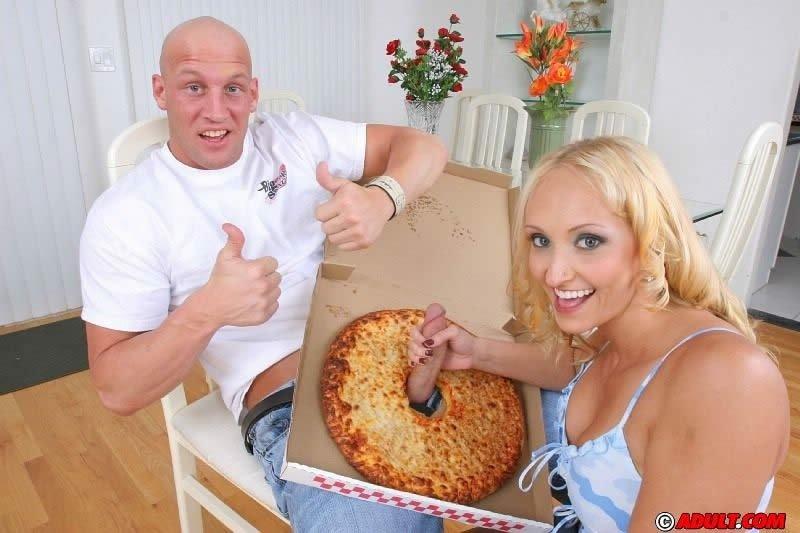 Мужчина имеет жену на пару с разносчиком пиццы