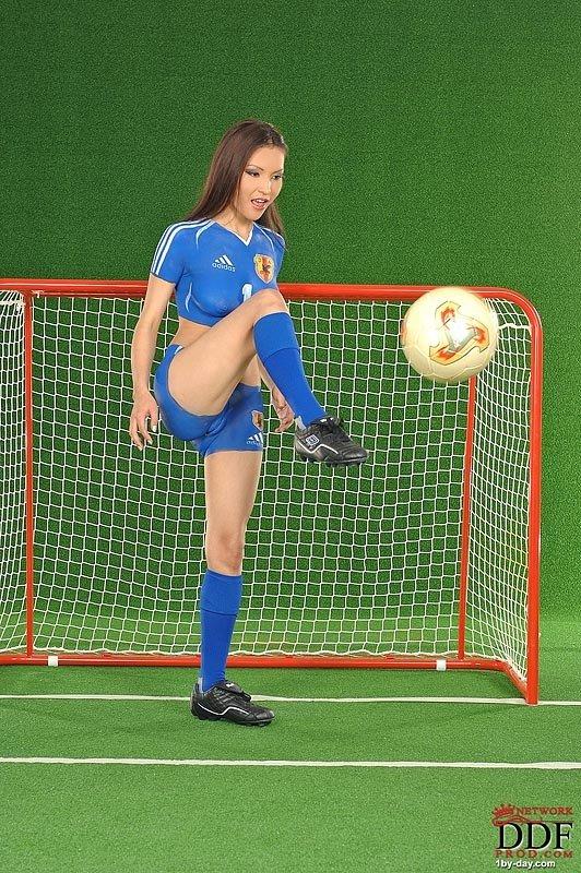 Тело Агнешки закрасили футбольной формой, а киску закрашивать не стали
