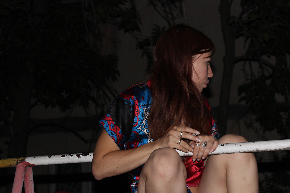 Катерина светит пиздой в подъезде и во дворе