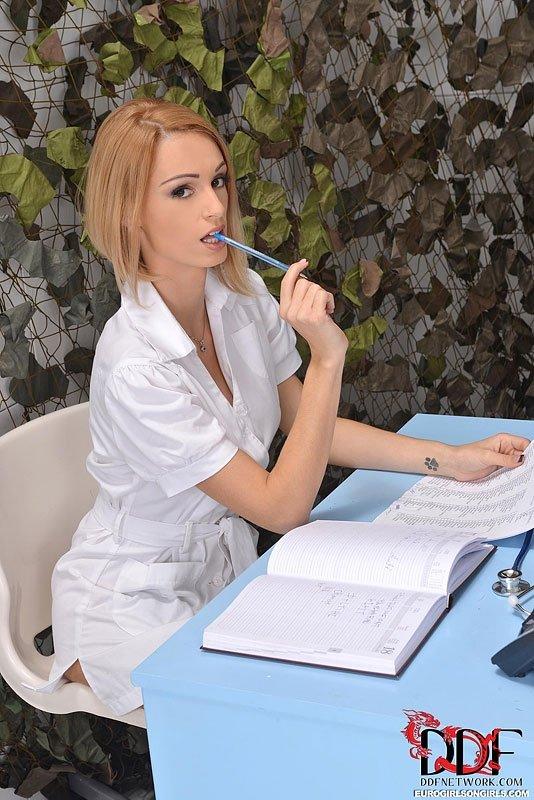 Скучающая медсестра обследует военную девушку