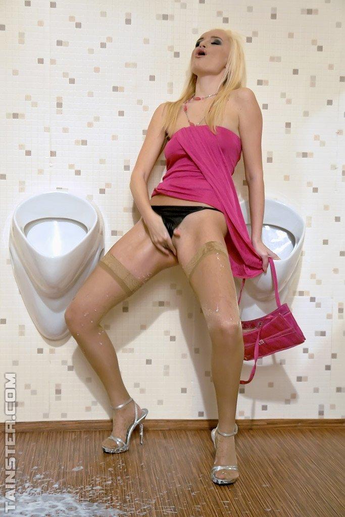 huyami-zakonchali-blondinochka-tanya-v-tualete-foto-roliki-simona