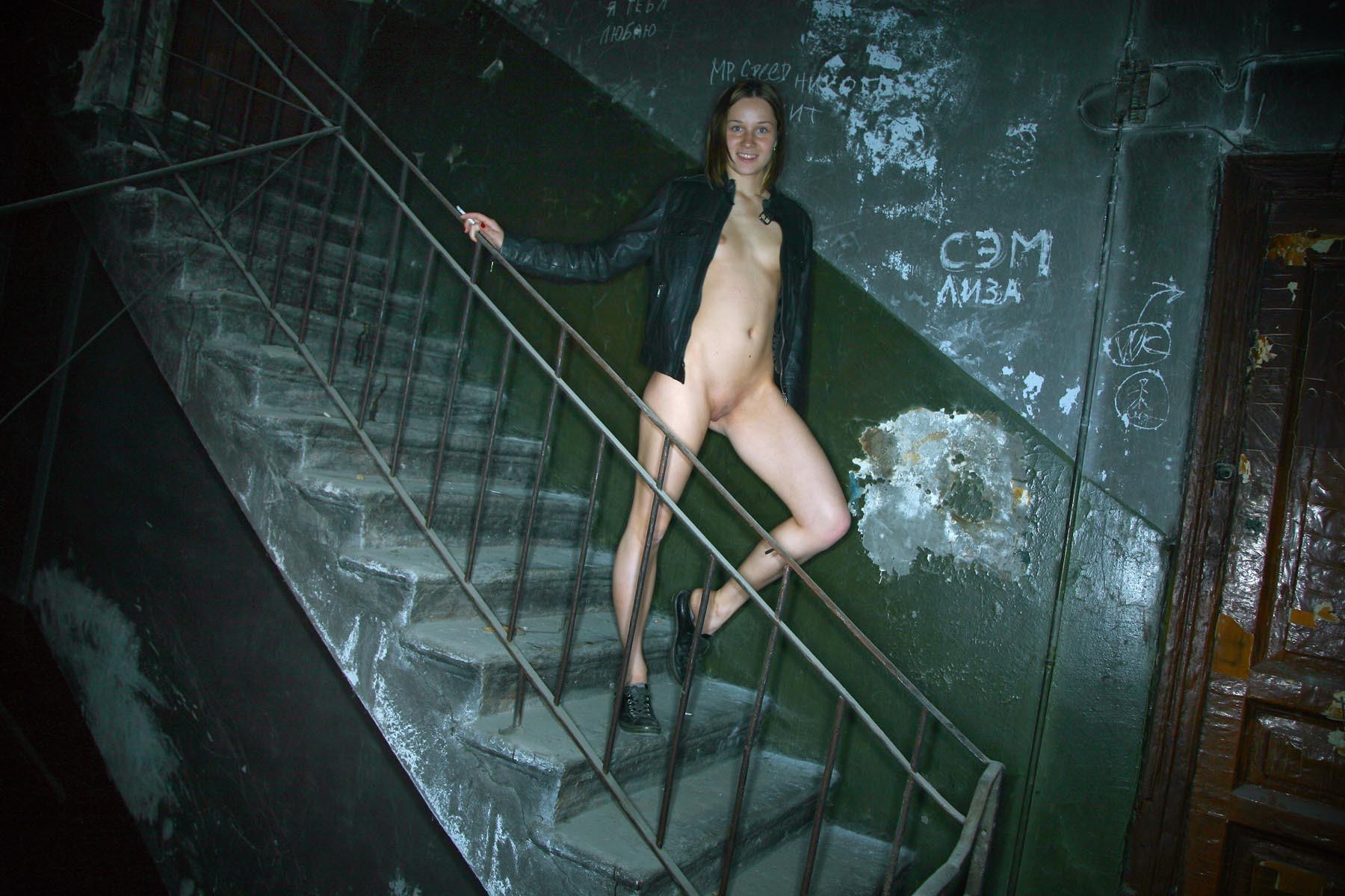 бесплатные эротика в подъезде фото заходим дом