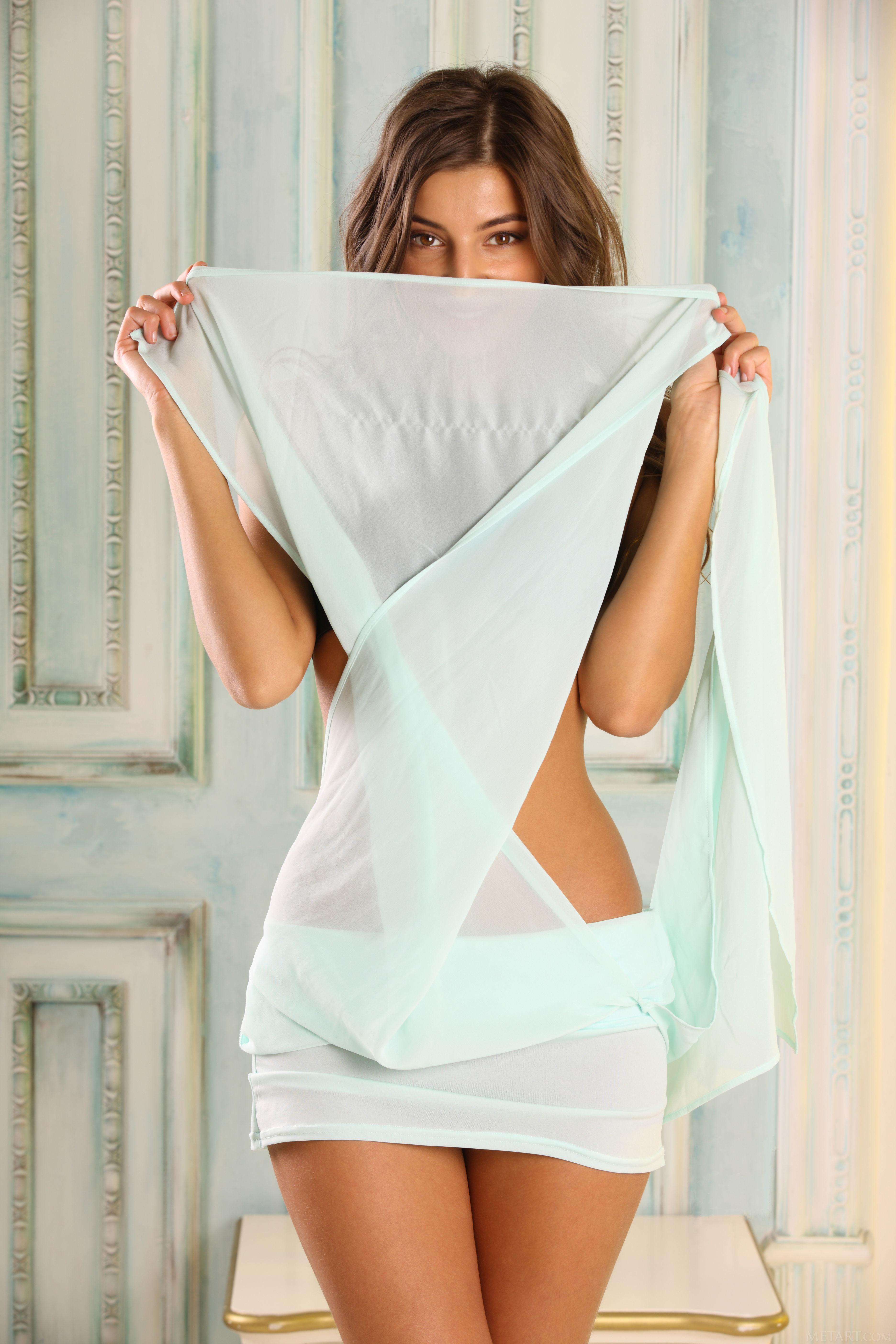 Маша показывает киску под юбкой