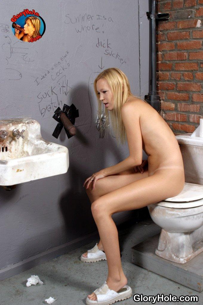Худая блядежка сосет член негра торчащий из дырки в стене туалета