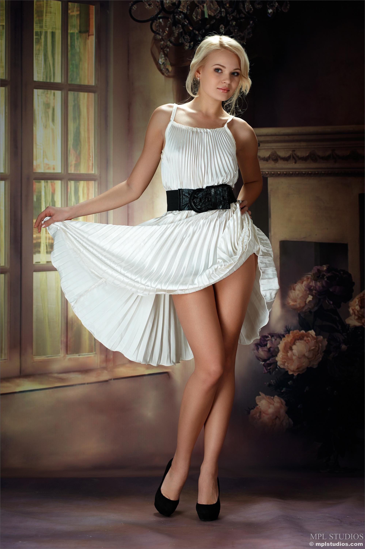 Русская модель Наталья с легкостью снимает с себя белое платье