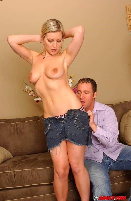 Блондинка наслаждается членом мужика