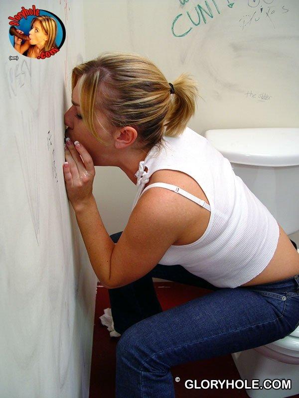 Надя присосалась к хую в туалете