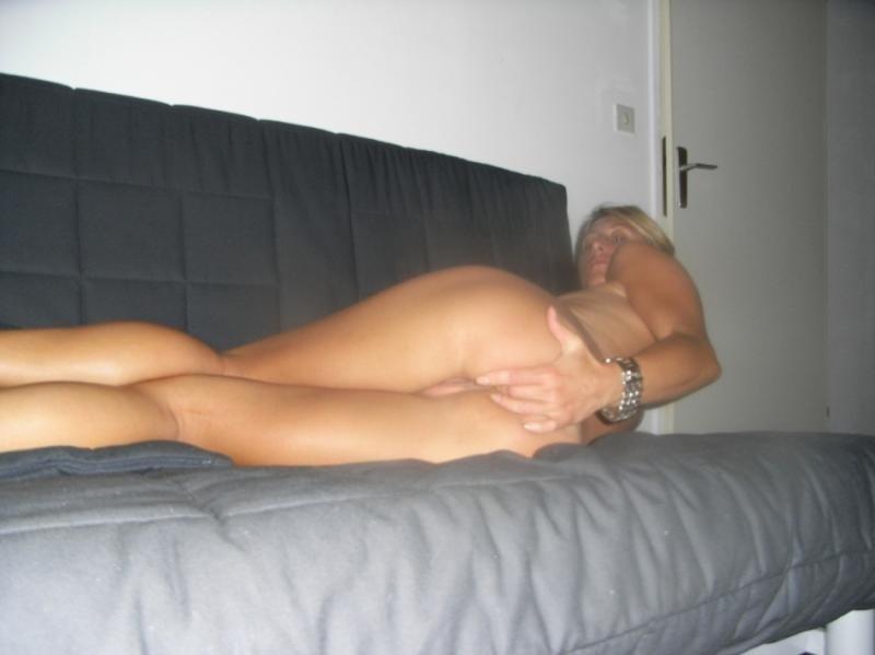Жена трахает узкую попку маленькой секс игрушкой