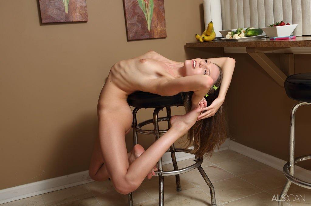 Худая девушка шалит сначала с огурцом, а потом с бананом, засовывая себе в узкую вагину