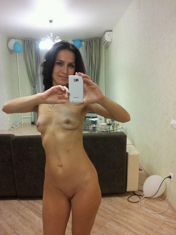 Худая русская девушка показывает секс игрушки и балуется с подружкой