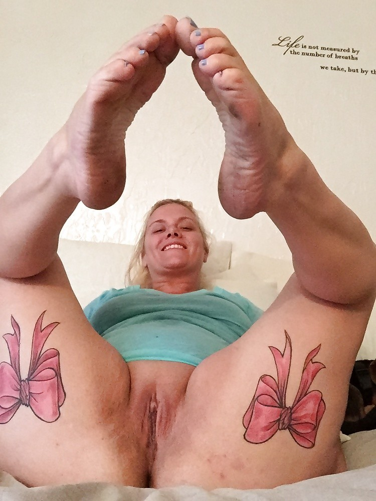 Задрав ножки, гибкие телки показывают дырочки - компиляция 11