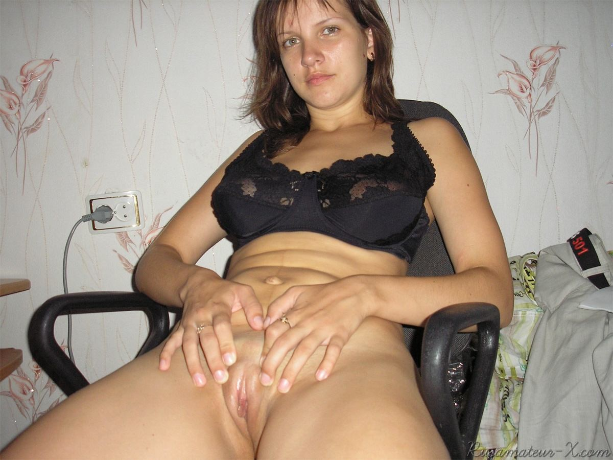 Светлана мастурбирует дома и ебется на даче
